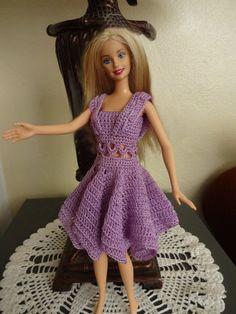 Vestido lila en crochet. Estos trajecitos yo los hago sin patron. Pero si buscan en internet van a encontrar paginas donde aparecen diagramas de vestidos crochet para Barbie muy faciles de hacer.