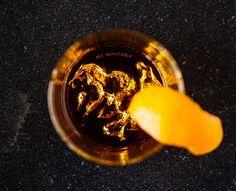 都会の夜で山を想うアメリカの名峰が底に沈むウイスキーグラス