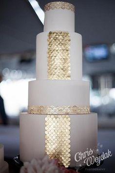 pastel de bodas en blanco y dorado