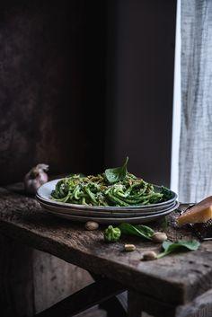 Spaghetti con crema di broccoli, spinaci, pistacchi e limone
