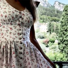 Love this cut. Pretty Outfits, Pretty Dresses, Beautiful Dresses, Cute Outfits, Vintage Dresses, Vintage Outfits, Vintage Fashion, Dress Dior, Dress Skirt