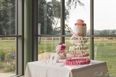 Pyramide de macarons et wedding cake pour la table d'honneur Macarons, Cakes, Table Decorations, Desserts, Food, Design, Home Decor, Head Tables, Tailgate Desserts