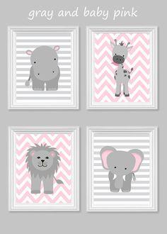 Zoo Kindergarten Dekor - Giraffe, Elefant, Hippo - grau und rosa - Dschungel Kinderzimmer  Dies ist ein Satz von VIER Drucke oben gezeigt. Der Preis beinhaltet alle vier Drucke. Drucke werden frisch auf Bestellung auf 69 Pfund Handelsgüte-Glanz-Papier mit Premium-archivalische Tinten für lebendige Farben und Langlebigkeit gedruckt. Drucke dauert ein Leben lang unter einem Glasrahmen.  Wählen Sie Ihre Farben: Wählen Sie die Drucke, wie oben (Baby-rosa und grau) dargestellt oder wählen Sie…