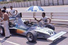 Temporada de 1975... GP da África do Sul - circuito de Kyalami... #30 - Wilson Fittipaldi - Copersucar-Fittipaldi - Copersucar FD02 - motor Ford Cosworth DFV V8 3.0 - pneus Goodyear... Mesmo diante das piadas e críticas sofridas nos GPs anteriores, Wilsinho partiu para a 3ª etapa da temporada, o GP da África do Sul... Nessa época, Wilsinho compreendeu a necessidade da formação de uma base da equipe fora do Brasil e a Fittipaldi alugou uma oficina nos arredores de Reading, na Inglaterra, o…