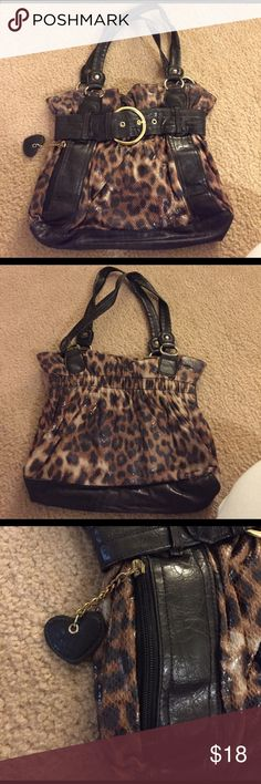Cheetah purse ! Purse buttons closed. Inside is one large pocket, and has a zipper compartment, and two small pockets under that. There's a hidden pocket on the outside of the purse for easy access. Accepting offers Bags