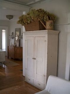 ♥ Armoire country cottage, love it! Cottage Style, Farmhouse Style, Farmhouse Decor, Farmhouse Design, White Farmhouse, Deco Champetre, Estilo Country, Deco Nature, Primitive Furniture