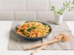 Dieses Salatdressing ist voller Geschmack und Umami. Das Gemüse ist unwiderstehlich knackig und wer mag, kann den Salat auch mit Lachs oder Garnelen servieren.