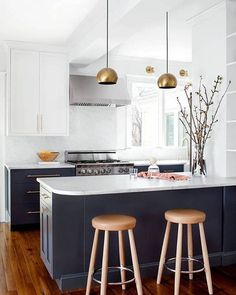 Marble, brass, and other modern-day classics in this remodeled kitchen--link in our bio! Design by @elizabethlawsondesign, photo by @jenniferhughesphoto. #SOdomino #interiorinspo