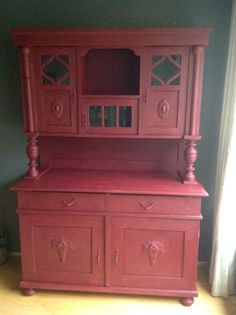 """Grenen kast geverfd met chalk paint van Annie Sloan kleur Burgundy.    Carol says, """"Really thinking about doing this to my china cabinet, too."""""""