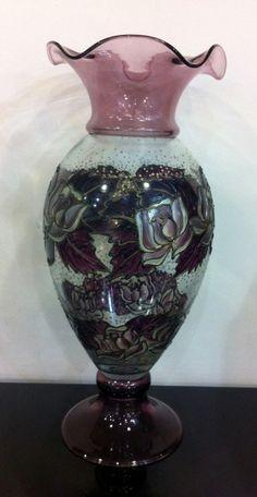 Floreiro de vidro soufflé moldado com bocal recortado e decorado com pintura esmaltada em motivos de