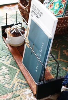 今日は100円グッズを組み合わせて 簡単☆スグデキ!雑貨と本を仲良く並べてディスプレイできる、男前収納ラックの作り方を紹介します^^今回もまさかのぴったり...