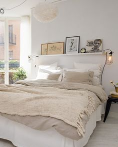 Shelf with frames above bed/ Cocooning