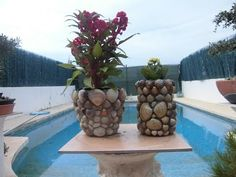 How to make pots decorated with plaster and natural stones step by step Make A Table, Beach Rocks, Arte Floral, Rock Art, Potted Plants, Garden Furniture, Art Tutorials, Interior Design Living Room, Table Runners