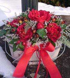 V+červené+Dekorace+krásných+látkových+květin+a+sušinyv+dřevěném+kbelíku,+šíře+dekorace+30+cmm+výška+23+cm.