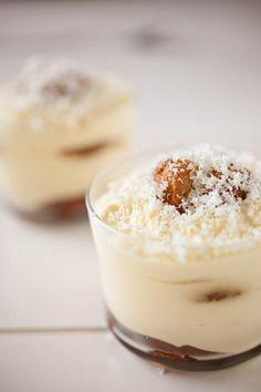 Tiramisu met lekker lobbige advocaat-Tiramisu with a great lobed eggnog(advocaat Liqueur) x Köstliche Desserts, Delicious Desserts, Dessert Recipes, Yummy Food, Tiramisu, Eggnog Recipe, High Tea, Sweet Recipes, Sweet Tooth