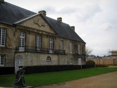Caen - Logis des Gouverneurs abritant le musée de Normandie, dans l'enceinte du château Region Normandie, Saint Georges, Caen, Mansions, Monuments, House Styles, Images, North Sea, Mediterranean Sea