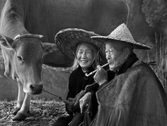 Southeast Asia, old couple and cow Patrick Nagel, Edward Hopper, Robert Doisneau, Alphonse Mucha, Persona Feliz, Growing Old Together, Unity In Diversity, Old Couples, Galerie D'art
