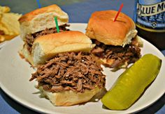 Slow Cooker Beef and Beer Sliders. - Select the photo to see new beef crock-pot recipes Slow Cooker Round Roast, Slow Cooker Shredded Beef, Slow Cooker Roast, Slow Cooked Beef, Roast Beef Recipes, Slow Cooker Recipes, Crockpot Recipes, Cooking Recipes, Yummy Recipes