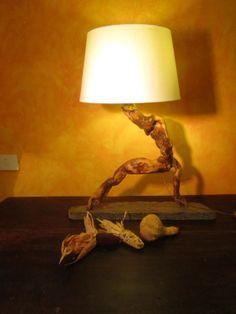 Lampada alta realizzata con legno di mare