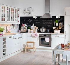 Eine Pinnwand in der Küche bietet Platz für Einkaufszettel, Postkarten oder Fotos. Mit Hilfe von Tafellack lässt sich die Wand mit wenigen Pinselstrichen zur...