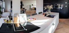 BINNENKIJKEN • in een zwart-wit keuken in Wilnis. Neem een kijkje in een keuken met een zwarte inbouwwand, met het blackSteel design uit de studioLine van Siemens, en een mat wit kookeiland met een marmerlook blad | Black & white kitchen with marble details and wooden floor | vtwonen binnenkijken 2019 | In samenwerking met Siemens huishoudapparaten #keuken #kitchen