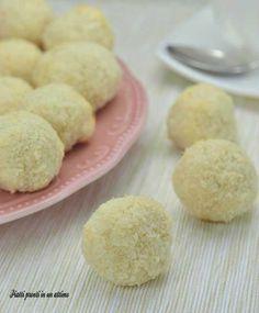 I biscotti al cocco sono hanno un sapore molto delicato ed invitante e sono semplici e velocissimi da realizzare; sono anche leggeri.