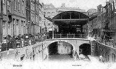 Vismarkt 1892. Deze overkapping op de Kalisbrug is in 1941 gesloopt. De Duitsers hadden het ijzer nodig voor hun oorlogsinspanningen