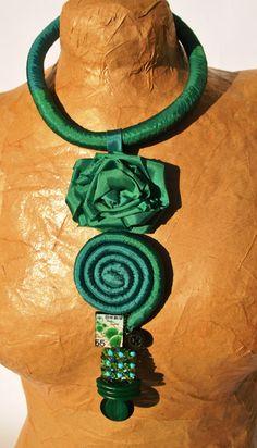 collana raso verde brillante con pendente rosa di comivishop