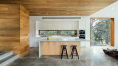 Beton Arbeitsplatte in der Küche und Wand- und Deckenverkleidung aus Holz