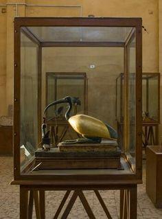 Un ibis dorado de madera y bronce se exhibe en el Museo Provincial de Mallawi. Al parecer, rindió culto al dios Thoth en la cercana necrópolis de Tuna el-Gebel poco después de la conquista de Alejandro Magno en 332 a.C. Los griegos que vivieron en Egipto, y posteriormente los romanos, honoraban a las divinidades egipcias además de a sus dioses.