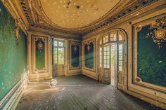 Fascinating Photos Highlight the Forgotten Beauty of Abandoned Buildings - My Modern Met Abandoned Buildings, Abandoned Mansions, Old Buildings, Abandoned Places, Derelict Places, Abandoned Property, Beautiful Architecture, Beautiful Buildings, Architecture Design
