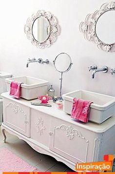 Fala sério, ficou ou não ficou um charme este banheiro com #decoração #clean em tom claro e objetos harmoniosos. O grande destaque ficou por conta do móvel antigo pintado de branco e usado como base para as cubas da pia.