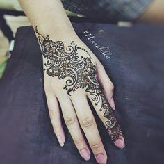 Simple floral strip party henna. <3 #hennabella