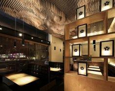 Tsujita,japońska restauracja w Los Angeles specjalizująca się w serwowaniu ramen,jest jak optyczna iluzja.Główną rolę odgrywają drewniane pałeczki,które spływają z sufitu jak chmury,tworząc efekt trójwymiaru.Inspiracją do stworzenia instalacji był widok chmur w świątyni IZUMO,jednej z najważniejszych w Japonii. http://sztuka-wnetrza.pl/213/artykul/chmury-w-stereoskopie