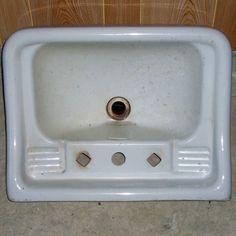 11/15 Olimme onnistuneet dyykkaamaan projektin aikana eräältä purkutyömaalta kaksi Arabian 1930-luvun lavuaaria tarkat vuosiluvut leimoissa olivat 1931 ja 1933. Halusimme ehdottomasti nämä käyttöön uuteen kylpyhuoneeseen mutta hanareiät muodostivat lisähaasteen. 1930-luvulla ei ollut vielä juurikaan sekoittajia vaan pesupaikoilla oli kylmän ja kuuman veden hanat erikseen. Näin tässäkin lavuaarissa oli vain kaksi neliskulmaista reikää jotka olivat liian pieniä nykyhanoille. Ratkaisuna…