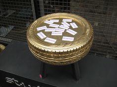 Tavolino realizzato con pneumatico di recupero rivestito in foglia oro.