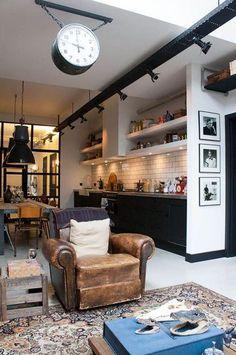 Cuisine ouverte en noir et blanc dans le loft esprit New York - Déco New York : 16 photos pour s'inspirer - CôtéMaison.fr