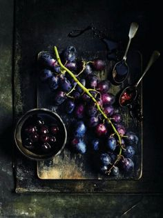 Ideas Fruit Photography Berries Food Styling For 2019 Fruit And Veg, Fresh Fruit, Food Styling, 12 Grapes, Black Grapes, New Years Eve Traditions, Dark Food Photography, Photography Tea, Raspberries