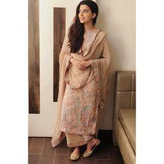 Best Trendy Outfits Part 37 Casual Indian Fashion, Indian Fashion Dresses, Dress Indian Style, Pakistani Dress Design, Pakistani Outfits, Indian Outfits, Punjabi Suits Designer Boutique, Indian Designer Suits, Simple Kurta Designs