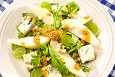 Sałatka z gruszką i gorgonzolą w sosie winegret. #gruszka #sałatka #rukola #nerkowce #kolacja #dzieńkobiet #smacznastrona #tesco #przepisy #przepis