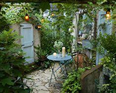 Small Courtyard Gardens, Small Courtyards, Small Gardens, Side Garden, Garden In The Woods, Home And Garden, Herb Garden, Very Small Garden Ideas, Cottage Garden Design