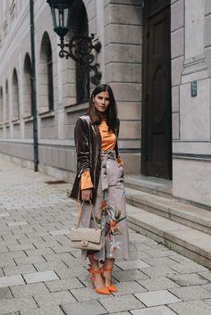 Orange shoes vevet jacket and printed coulotte trousers naranjas y yonos tierra con estampado y terciopelo Cook