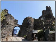 Al final de una empinada cuesta se llega al Castillo Medieval de la Roche