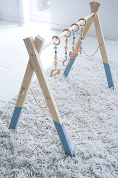 Instructions for a baby wooden play bow - Make a special gift for the birth itself // Advertising - DIY Stuff - Baby Diy Baby Shower Gift Basket, Baby Shower Gifts, Baby Gifts, Baby Presents, Boho Lifestyle, Lifestyle Blog, Birth Gift, Baby Blog, Twin Babies