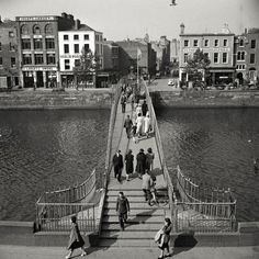 The Halfpenny Bridge over the River Liffey. Ireland Pictures, Old Pictures, Old Photos, Vintage Photos, Cork Ireland, Dublin Ireland, Ireland Travel, Dublin Map, Dublin City