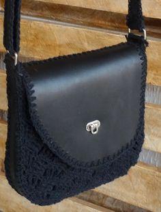 Bolsa em couro legítimo e crochê feita com carinho, com todo processo executado minuciosamente à mão. Modelo exclusivo criada no Ateliê.