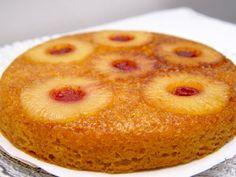 De omgekeerde ananas taart is minder bekend dan bijvoorbeeld de appel tarte tatin . De ananastaart is gemaakt van sponscake, wat de taart heerlijk luchtig maakt. Als de ananastaart is omgekeerd lijkt het wel of er een aantal zonnen naar je kijken, het lijkt wel voorjaar.__