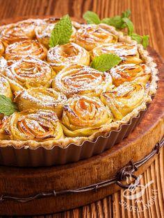 La Crostata di rose di mela è un dolce davvero originale e strepitoso da presentare sulla vostra tavola. Una torta buonissima a base di ingredienti genuini