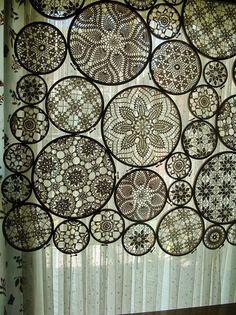Lace in embroidery hoops. Para poner sobre una cortina blanca