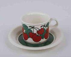 Kirsikka kahvikuppi ja asetti, koristeen designer Inkeri Leivo (Seppälä), Arabia Finland, 1975 Coffee Cups, Tea Cups, I Cup, Marimekko, Drinking Tea, Ceramic Art, Finland, Nostalgia, Porcelain